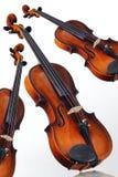 Drei Violinen auf weißem Hintergrund Stockfotos