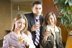 Drei von den Geschäftsleuten, die Toast bilden Stockfotos