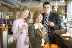 Drei von den Geschäftsleuten, die Toast bilden Stockfotografie