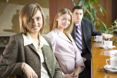 Drei von Geschäftsleuten an der Kaffeepause Lizenzfreies Stockbild
