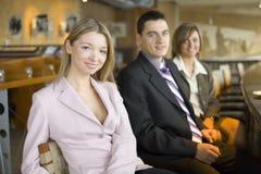 Drei von Geschäftsleuten an der Kaffeepause Lizenzfreie Stockfotos