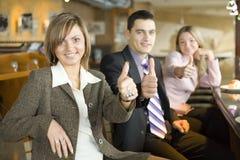 Drei von Geschäftsleuten an der Kaffeepause - Daumen oben stockfoto