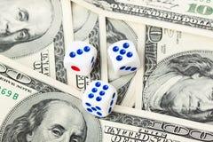 Drei würfelt auf Dollaranmerkungen Stockfotos