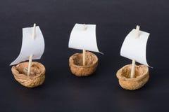 Drei Walnussboote Lizenzfreie Stockfotos