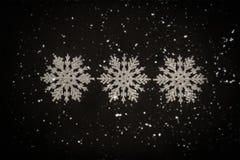 Drei weiße Funkelnschneeflocken Stockbild