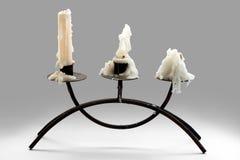 Drei weiße gebrannte Kerzen Stockfoto
