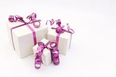 Drei weiße Geschenkboxen Stockbilder