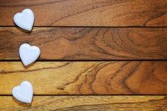 Drei weiße Herzen falsch ausgerichtet lizenzfreies stockbild