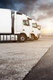 Drei weiße LKWs in Folge Lizenzfreies Stockbild
