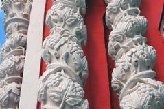 Drei weiße Spalten verziert durch Blumenverzierung Lizenzfreies Stockfoto