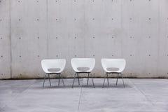 Drei weiße Stühle Stockbild