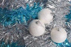 Drei weißes Weihnachtskugeln auf Filterstreifen Stockfoto