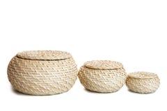 Drei Weidenkörbe auf einem weißen Hintergrund Getrennt Lizenzfreie Stockfotografie