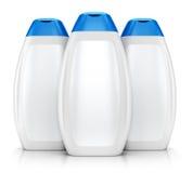 Drei weiße Plastikflaschen Shampoo Stockfotos