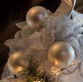 Drei Weihnachtsbälle mit funkelnden Spitzebändern Lizenzfreies Stockbild
