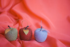 Drei Weihnachtsbaumäpfel auf Rot Lizenzfreies Stockbild