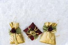 Drei Weihnachtsbaum-Dekorationen mit Copyspace Lizenzfreie Stockbilder