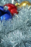 Drei Weihnachtsfunkelnde Kugeln auf einem Filterstreifen Stockbild