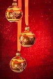 Drei Weihnachtskugeln auf Rot Lizenzfreie Stockbilder
