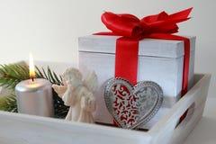 Drei Weihnachtskugeln getrennt auf Weiß Stockfoto