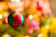 Drei Weihnachtskugeln getrennt auf Weiß Stockbilder
