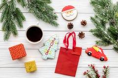 Drei Weihnachtskugeln getrennt auf Weiß Lebkuchenplätzchen, -geschenke und -Fichtenzweig auf Draufsicht des weißen Hintergrundes Lizenzfreie Stockfotos