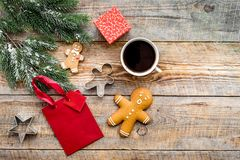 Drei Weihnachtskugeln getrennt auf Weiß Lebkuchenplätzchen, -geschenke und -Fichtenzweig auf hölzernem copyspace Draufsicht des H Lizenzfreie Stockfotografie