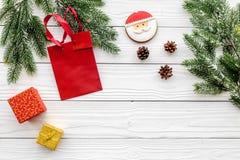 Drei Weihnachtskugeln getrennt auf Weiß Lebkuchenplätzchen, -geschenke und -Fichtenzweig auf weißem copyspace Draufsicht des Hint Lizenzfreie Stockbilder