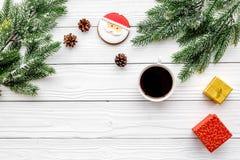 Drei Weihnachtskugeln getrennt auf Weiß Lebkuchenplätzchen, -geschenke und -Fichtenzweig auf weißem copyspace Draufsicht des Hint Stockbild