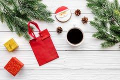 Drei Weihnachtskugeln getrennt auf Weiß Lebkuchenplätzchen, -geschenke und -Fichtenzweig auf weißem copyspace Draufsicht des Hint Stockfoto