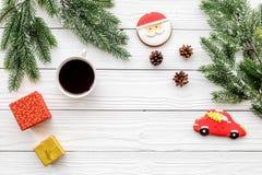 Drei Weihnachtskugeln getrennt auf Weiß Lebkuchenplätzchen, -geschenke und -Fichtenzweig auf weißem copyspace Draufsicht des Hint Stockfotos