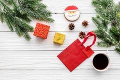 Drei Weihnachtskugeln getrennt auf Weiß Lebkuchenplätzchen, -geschenke und -Fichtenzweig auf weißem copyspace Draufsicht des Hint Stockfotografie