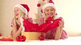 Drei Weihnachtskugeln getrennt auf Wei? Glückliches Mädchen zwei, welches die Atmosphäre des neuen Jahres enjoing ist r Freundins stock video