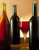 Drei Wein-Flaschen u. Glas lizenzfreie stockfotografie