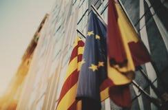 Drei wellenartig bewegende Flaggen: Europäische Gemeinschaft, Katalonien, Spanien Lizenzfreie Stockbilder