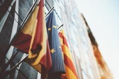 Drei wellenartig bewegende Flaggen: Europäische Gemeinschaft, Katalonien, Spanien Stockfotos