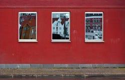 Drei widerspiegelnfenster auf der Wand Lizenzfreies Stockfoto