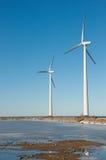 Drei Windmühlen nähern sich gefrorenem See Lizenzfreie Stockbilder