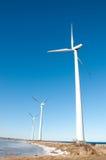 Drei Windmühlen nähern sich gefrorenem See Lizenzfreie Stockfotografie