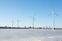 Drei Windmühlen nähern sich gefrorenem See Lizenzfreie Stockfotos
