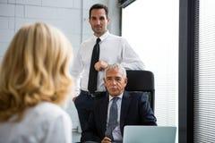 Drei Wirtschaftler, die eine Sitzung im Büro haben Lizenzfreies Stockbild