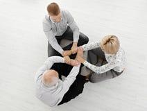 Drei Wirtschaftler, die zusammen meditieren Stockfotos