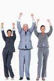 Drei Wirtschaftler mit den Armen oben Stockfotos