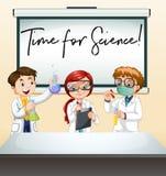 Drei Wissenschaftler im Labor mit Phrasenzeit für Wissenschaft lizenzfreie abbildung