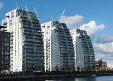 Drei Wohngebäude Salford-Kais Manchester stockfotografie