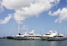 Drei Yachten und Segelboot am tropischen Kanal Stockbild