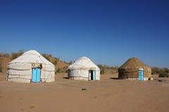 Drei yurts im touristischen Lager Stockbild