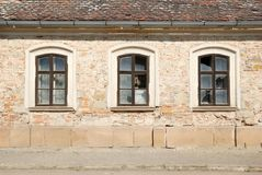 Drei zerbrochene Fensterscheiben in einer Wand eines beschädigten Gebäudes Lizenzfreie Stockfotografie