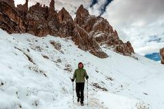 Drei Zinnen和女性远足者 免版税库存图片