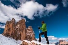 Drei Zinnen和女性远足者 图库摄影
